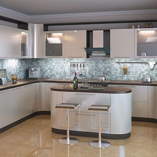 Кухня с гнутыми крашеными матовыми фасадами