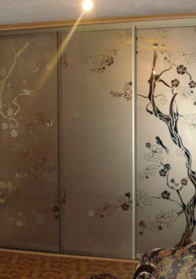 Шкаф с рисунками на зеркале