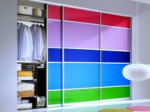 Многоцветный шкаф с крашеным стеклом