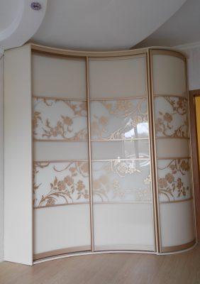 Радиусный шкаф-купе с рисунком на крашеном стекле