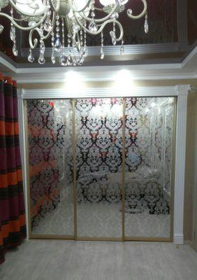 Раздвижные двери для гардеробной с зеркальным рисунком