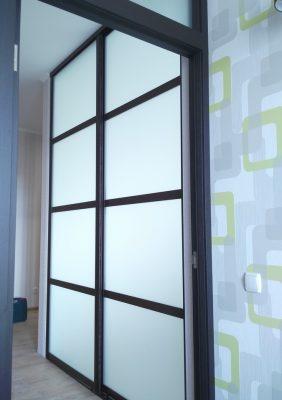 Раздвижные двери в зал с матовым стеклом