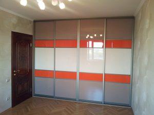Трехцветный шкаф с крашеным стеклом