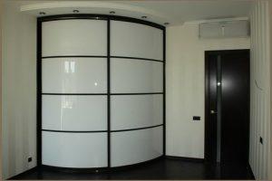 Выгнутые двери радиусного шкафа