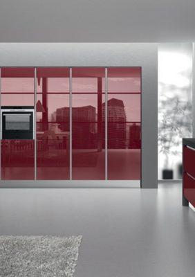 Кухня с крашеным стеклом на фасадах