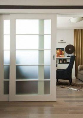 Стеклянные раздвижные двери в интерьере