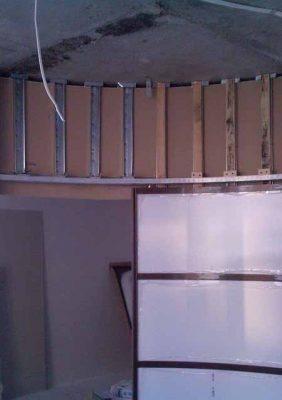 Такой радиусной дверью было решена задача – отделить спальное место от общей комнаты в однокомнатной квартире планировки «гостинка»