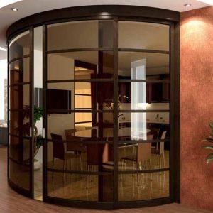 Радиусные двери с тонированным стеклом