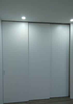 Межкомнатная перегородка с раздвижными дверями из крашеного мдф