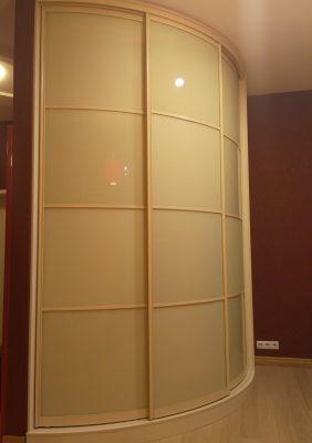 Радиусный шкаф с крашеным матовым стеклом