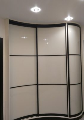 Радиусный шкаф с крашеным стеклом в чёрном профиле