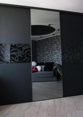 Двери для встроенного шкафа с рисунком на чёрном стекле