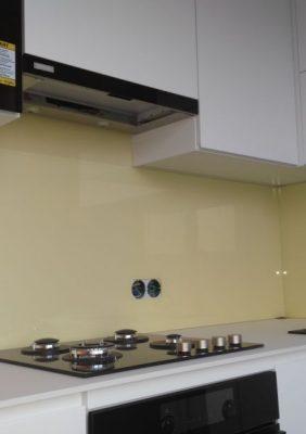 Кухня с белыми матовыми фасадами и столешницей из компакт-плиты