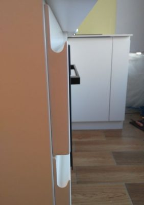 Кухня с крашеными белыми матовыми фасадами и фрезерованными ручками