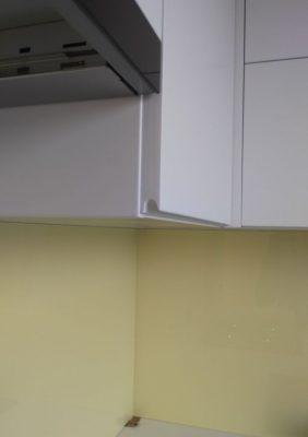 Кухня с крашеными белыми матовыми фасадами