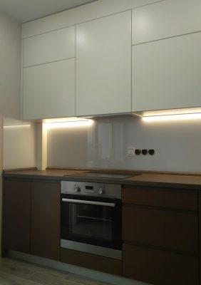 Кухня с крашеными матовыми фасадами без ручек