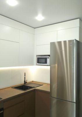 Кухня с крашеными матовыми фасадами и фрезерованными ручками(4)