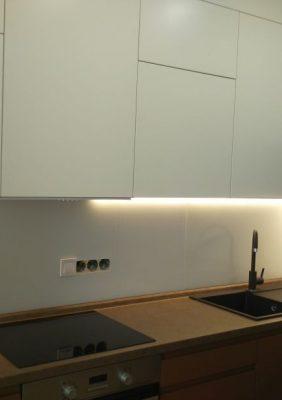 Кухня с крашеными матовыми фасадами и фрезерованными ручками(1)