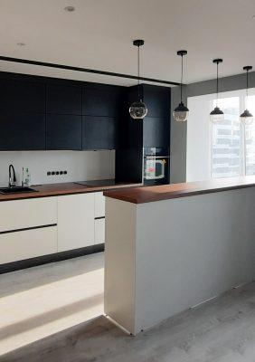 Кухня с крашеными матовыми мдф фасадами и барной стойкой